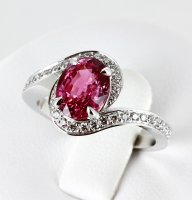 Bague saphir rose et entourage de diamants
