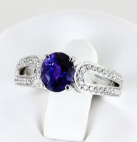 Bague saphir violet et pavage de diamants ronds